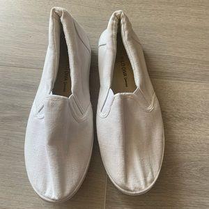 Wild Diva white lounge shoes size 7